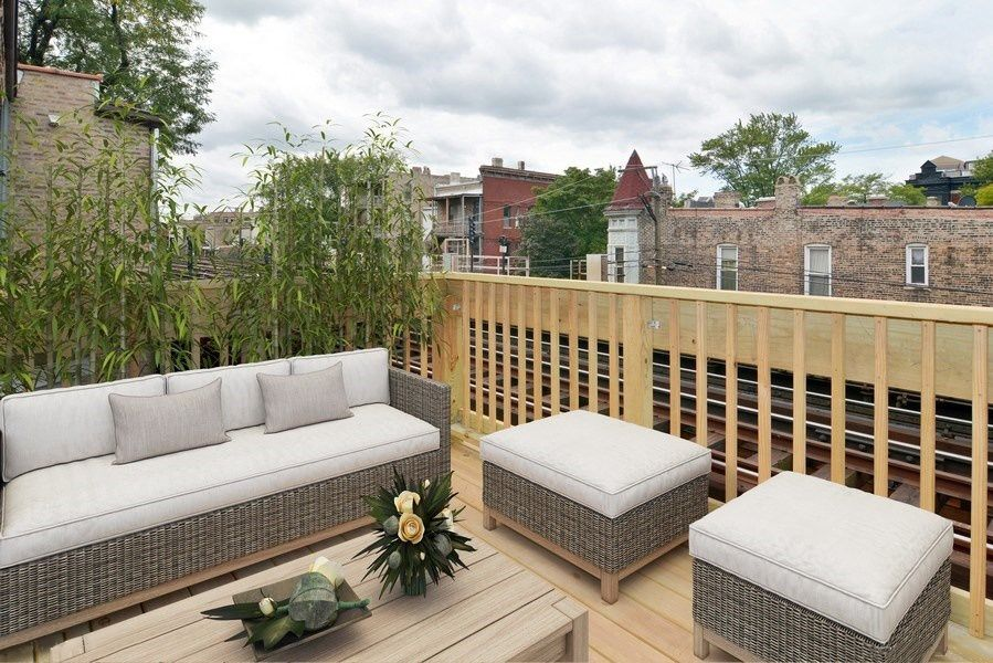Sunny balcony located in Lincoln Park Chicago! Chicago
