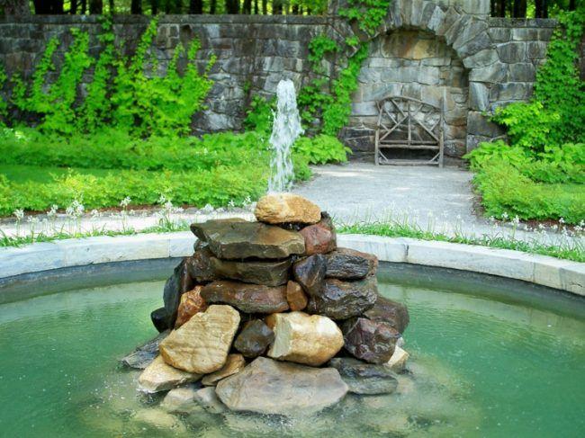 garten wasserspiel brunnen turm steine springbrunnen sitzbank - brunnen garten stein
