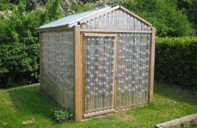 Et si vous construisiez un abri de jardin avec des bouteilles en ...