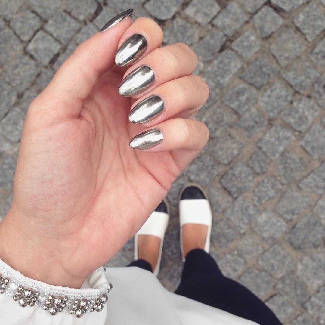 Love these mirrored metallic nails. | Me Gusta | Pinterest