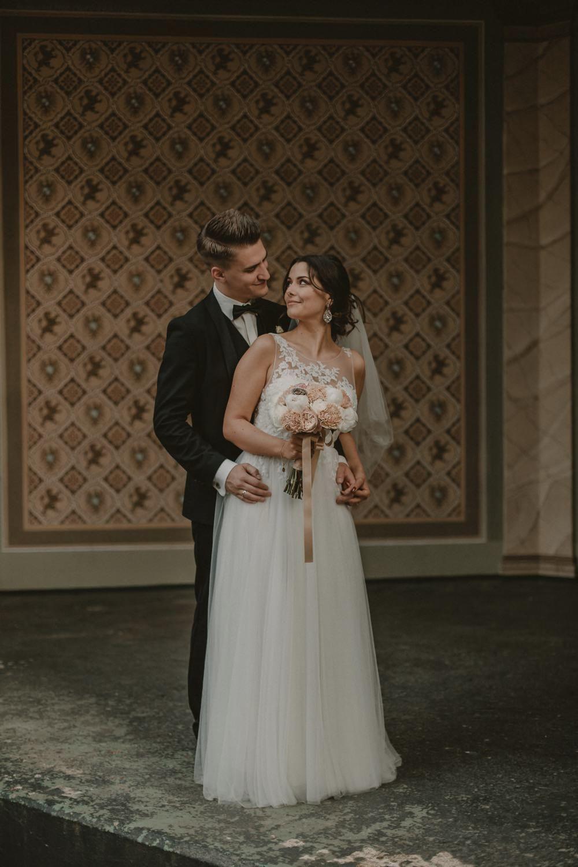 Eine Kirchliche Hochzeit Im Kaiserbahnhof Bruhl Im Edlen Romantiksstil In 2020 Hochzeitskleid Spitze Hochzeit Romantische Hochzeit