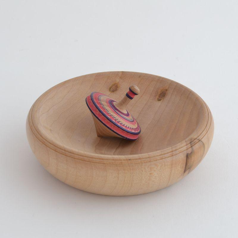 De jolies toupies en bois, avec ou sans la piste (à faire éventuellement avec un plat en bois, rond et légèrement incurvé)