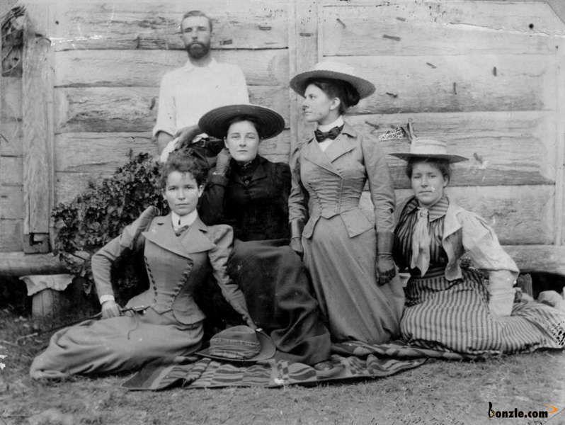 Group of unidentified women po...