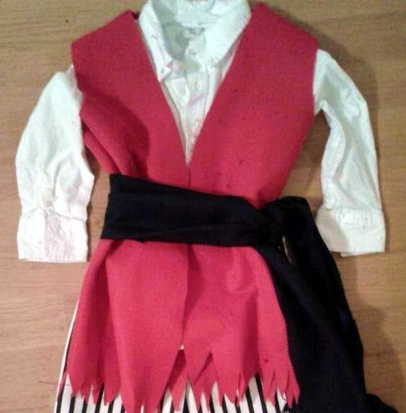 Pirate vest with sash from CampClem... Made this in 20 minutes. Genius! #diypiratecostumeforkids