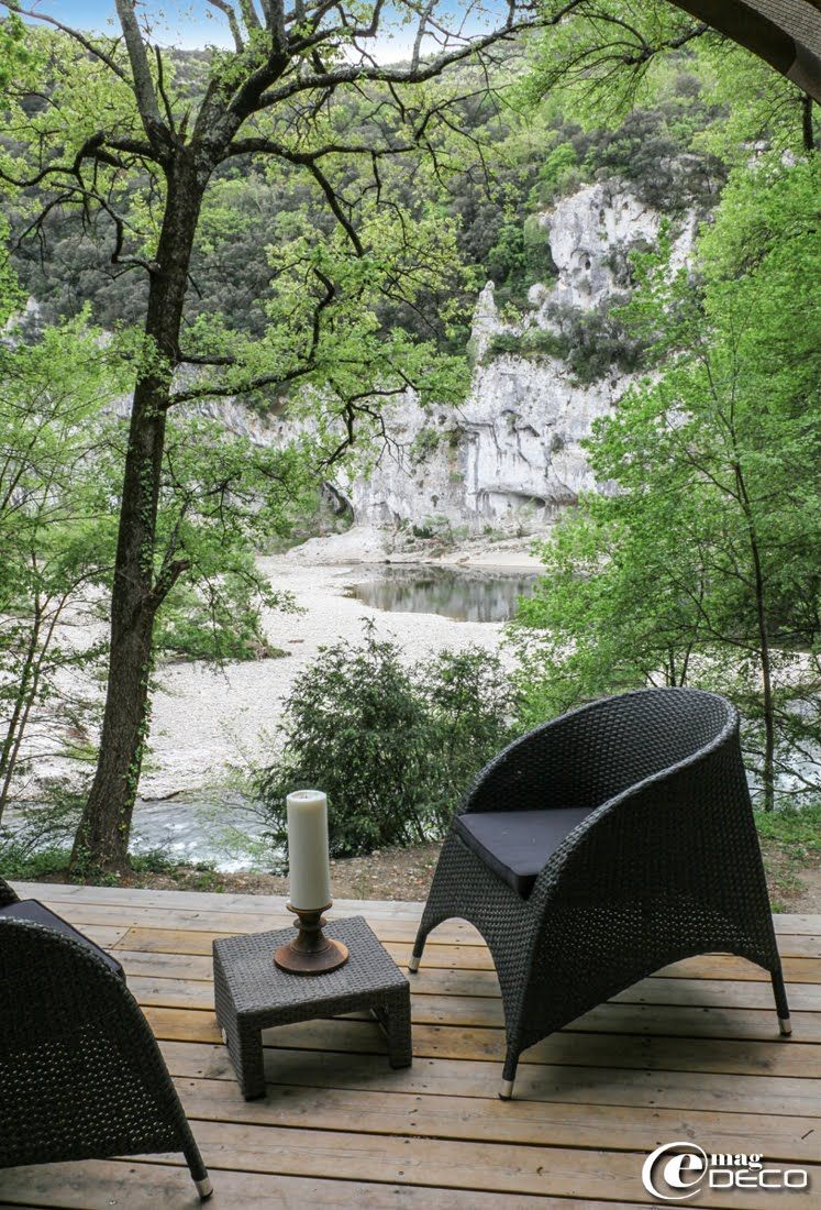 Vue sur l\'Ardèche au Lodge du Pont d\'Arc. Salon de jardin en acier ...