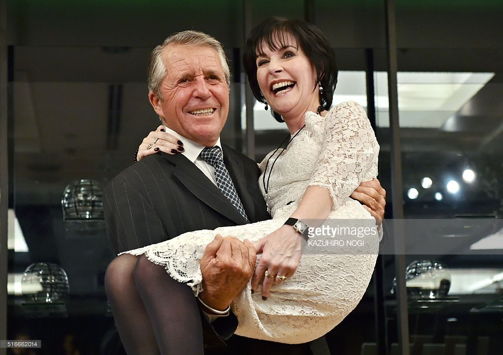 Gary player holds irish singer enya at charity golf event