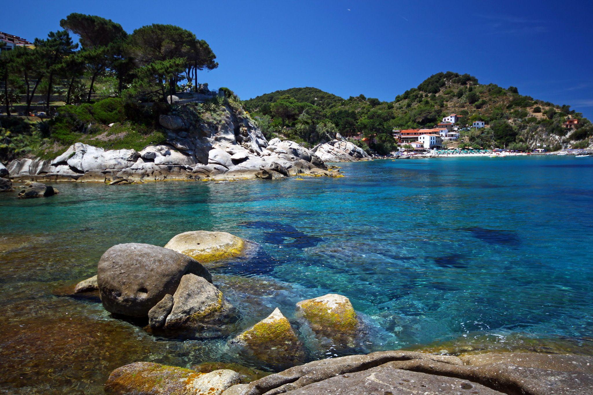 Sfondo costa rocce portoferraio italia mare toscana for Desktop gratis mare