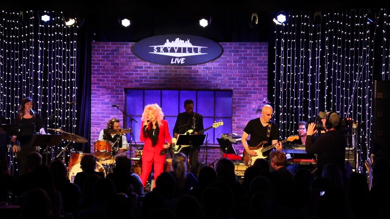 "Cyndi Lauper Cover Patsy Cline's ""Walkin' After Midnight"