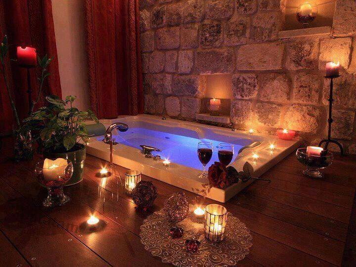 soir e romantique bain aux p tales pour la saint valentin romance ba o relajante muebles. Black Bedroom Furniture Sets. Home Design Ideas