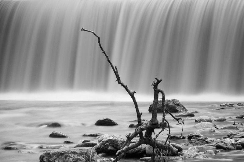 Treibgut vor einem Wasserfall