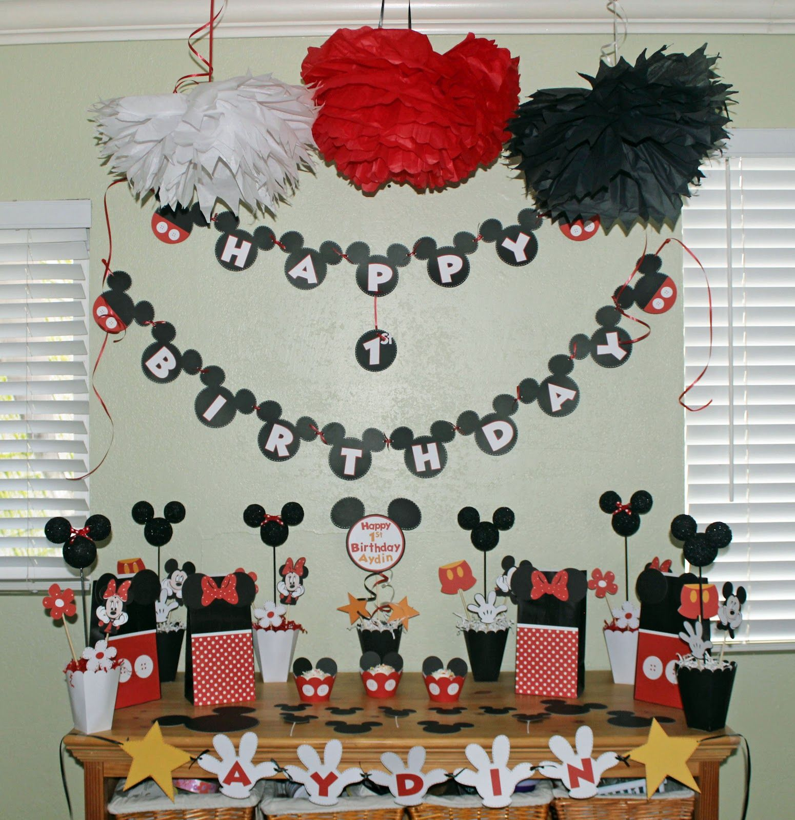 was asked to create a mickey mouse themed party for a 1st
