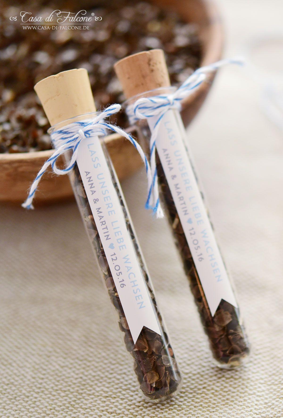 """Reagenzgläser sind eine wunderbare Verpackung für Blumensamen, Salze oder Zuckermischungen. Und die passenden Etiketten sind das i-Tüpfelchen für Ihre liebevollen Gastgeschenke! Die schmalen Hochzeitsaufkleber können mit Namen des Brautpaares, Datum und einem kurzen Spruch, z.B. """"Lass unsere Liebe wachsen"""" oder """"Wir sagen Danke"""" personalisiert werden."""