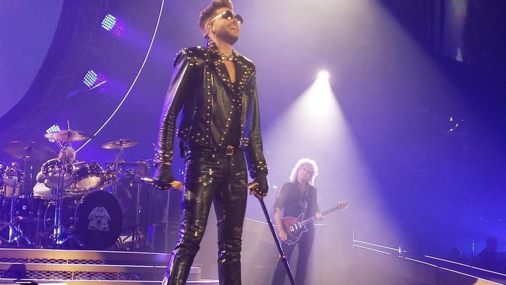 Dude in leather #AdamLambert #Queen #Toronto @MYNAMEISKHANcdn pic.twitter.com/PhDTW5LzM4