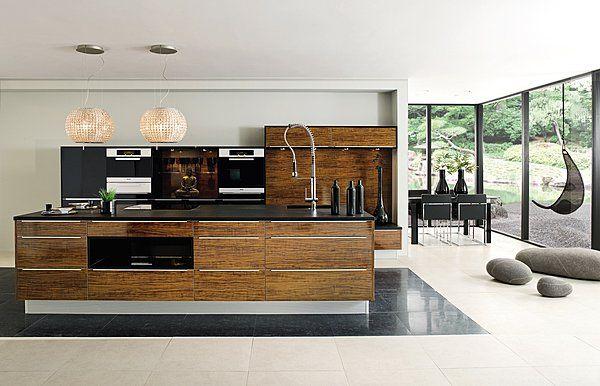 Sobriété en cuisine avec ce plan de travail en granit noir qui se marie pour le meilleur avec les meubles en mélaminé citronnier brillant cuisine