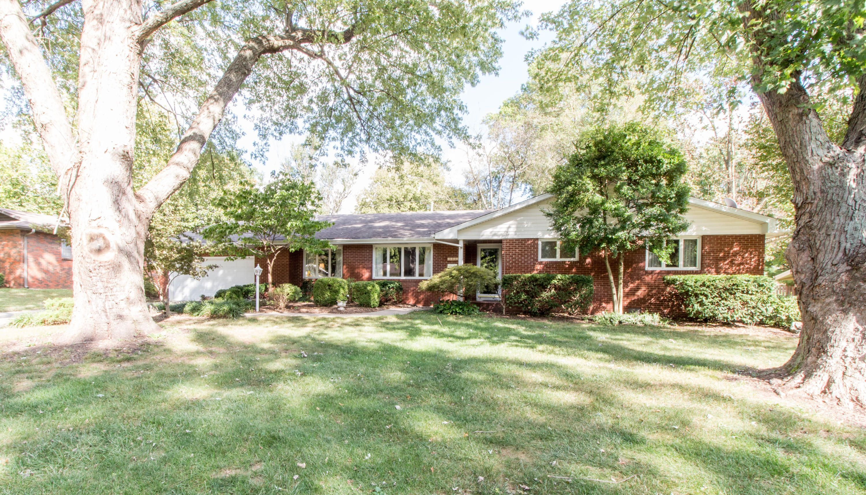 Just Listed 2220 South Catalina Avenue Springfield Mo 65804 3 Beds 2 Baths 2 243 Sq Ft 225 000 S House Prices Real Estate Services Real Estate