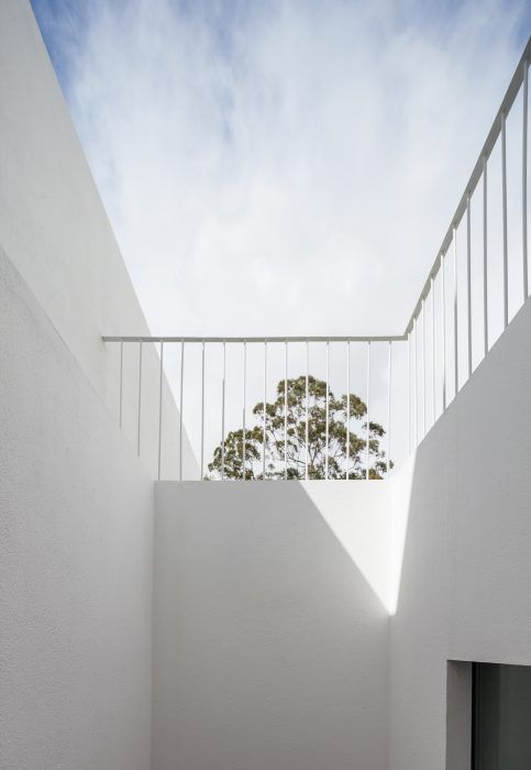 House in Caramão de Ajuda is a minimalist project that takes the full potential of its context to provide an architecture that presents a contemporary experience for its habitants