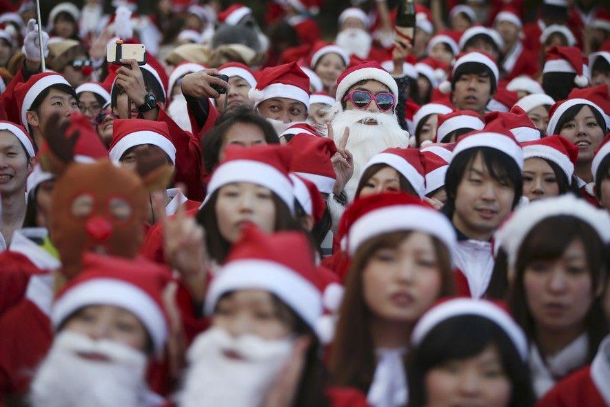 Pessoas fantasiadas de Papai Noel aguardam o início da corrida Santa Run, em Tóquio, no Japão. Mais de 400 pessoas participaram dos 2,5 quilômetros de percurso (Foto: Eugene Hoshiko/AP Photo) - http://epoca.globo.com/tempo/fotos/2014/12/fotos-do-dia-6-de-dezembro-de-2014.html