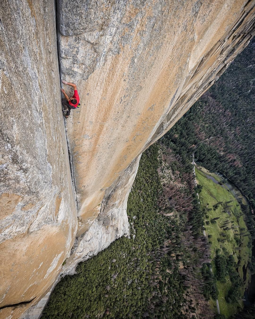 Photo By Jimmy Chin Alexhonnold Climbing The Enduro Corner On Yosemite S El Capitan Without A Rope Alex S Free Solo Of Jimmy Chin Solo Climbing El Capitan
