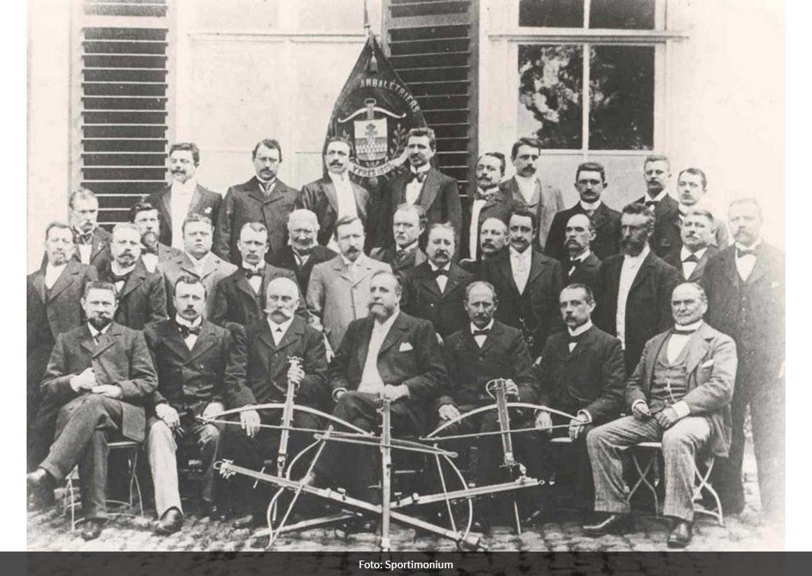 Groepsfoto van de leden van de Société des Francs Arbalétriers tijdens de viering van 25 jaar bestuurslid van Auguste Brunfaut in 1911