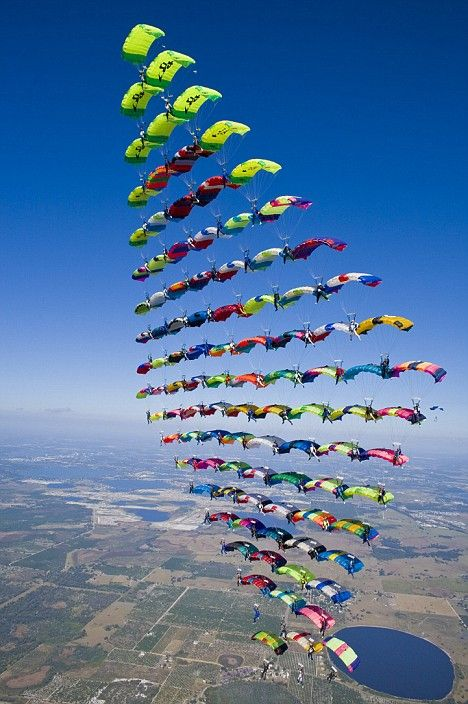 The moment 100 skydivers came together mid-air to form a 747-sized diamond | Onlineweblibrary BLOG