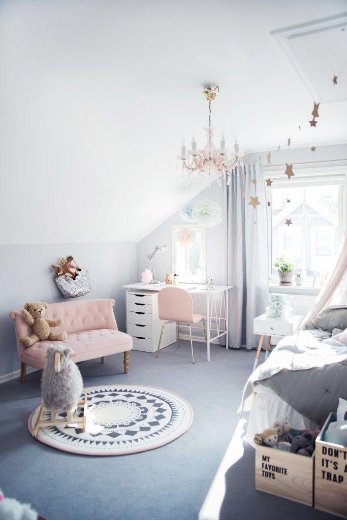 Escritorio blanco y silla rosa