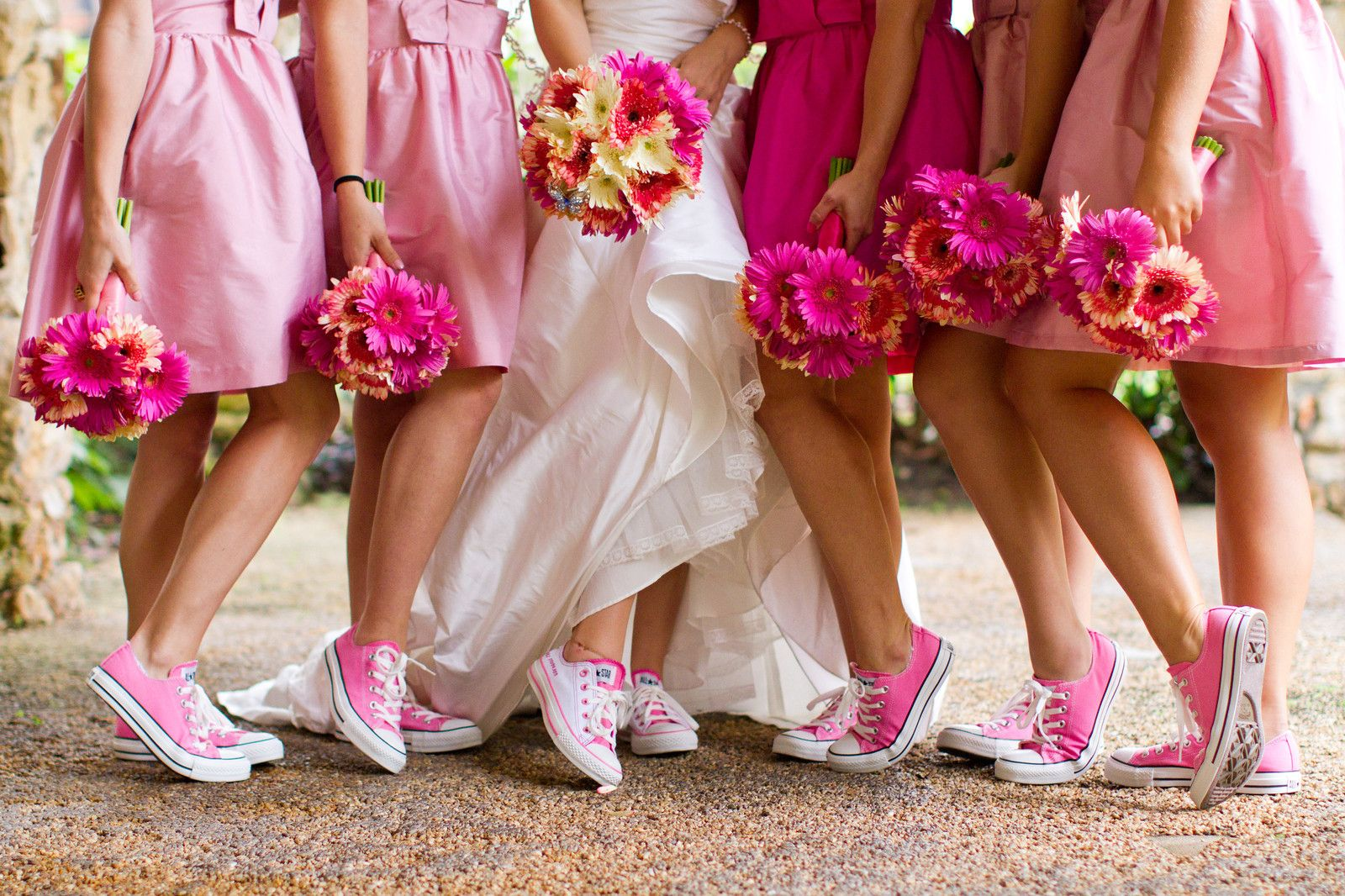 Sneakers gympen op je bruiloft converse shoes converse and wedding i like these types of bridesmaid dresses with converse shoes different colors though ombrellifo Images