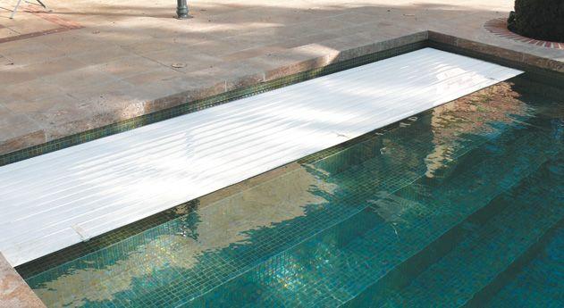 Volet de piscine immerg cach derri re escalier for Volet roulant immerge piscine miroir