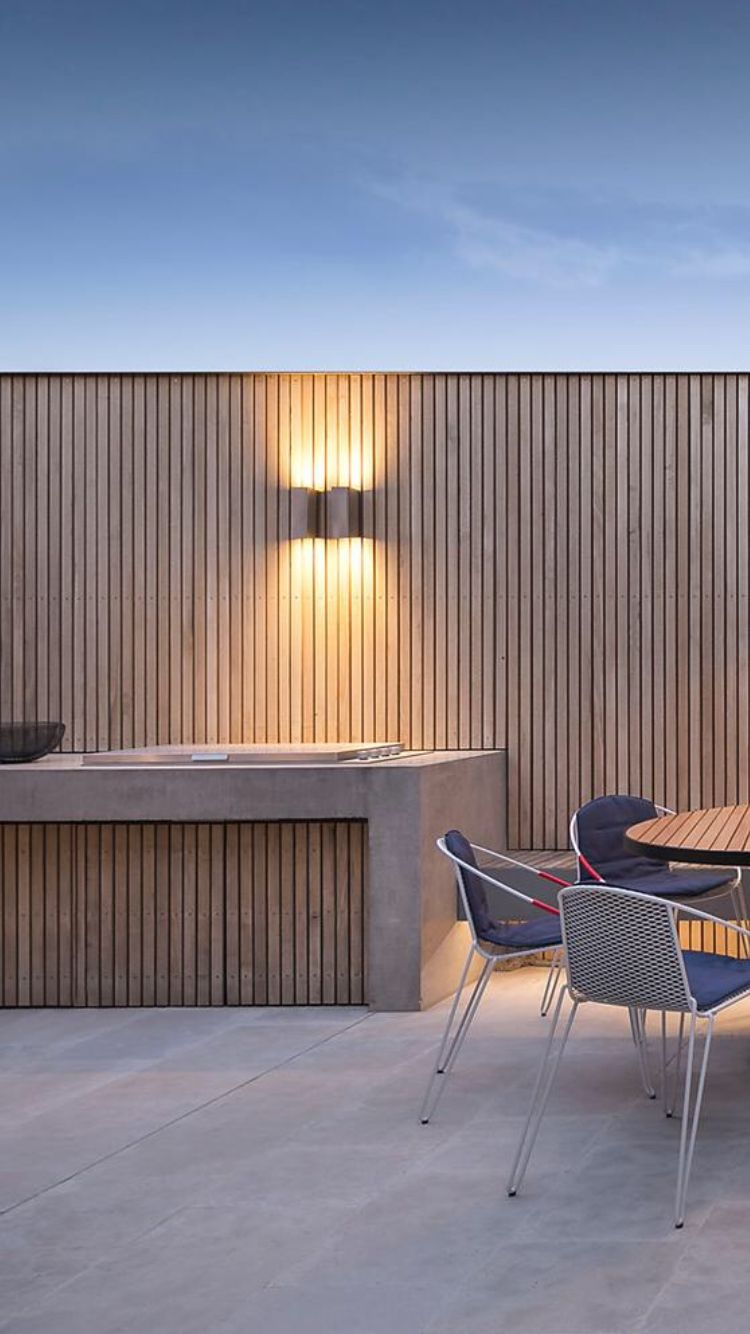Clean design for a wooden screen and an outdoor kitchen valle en