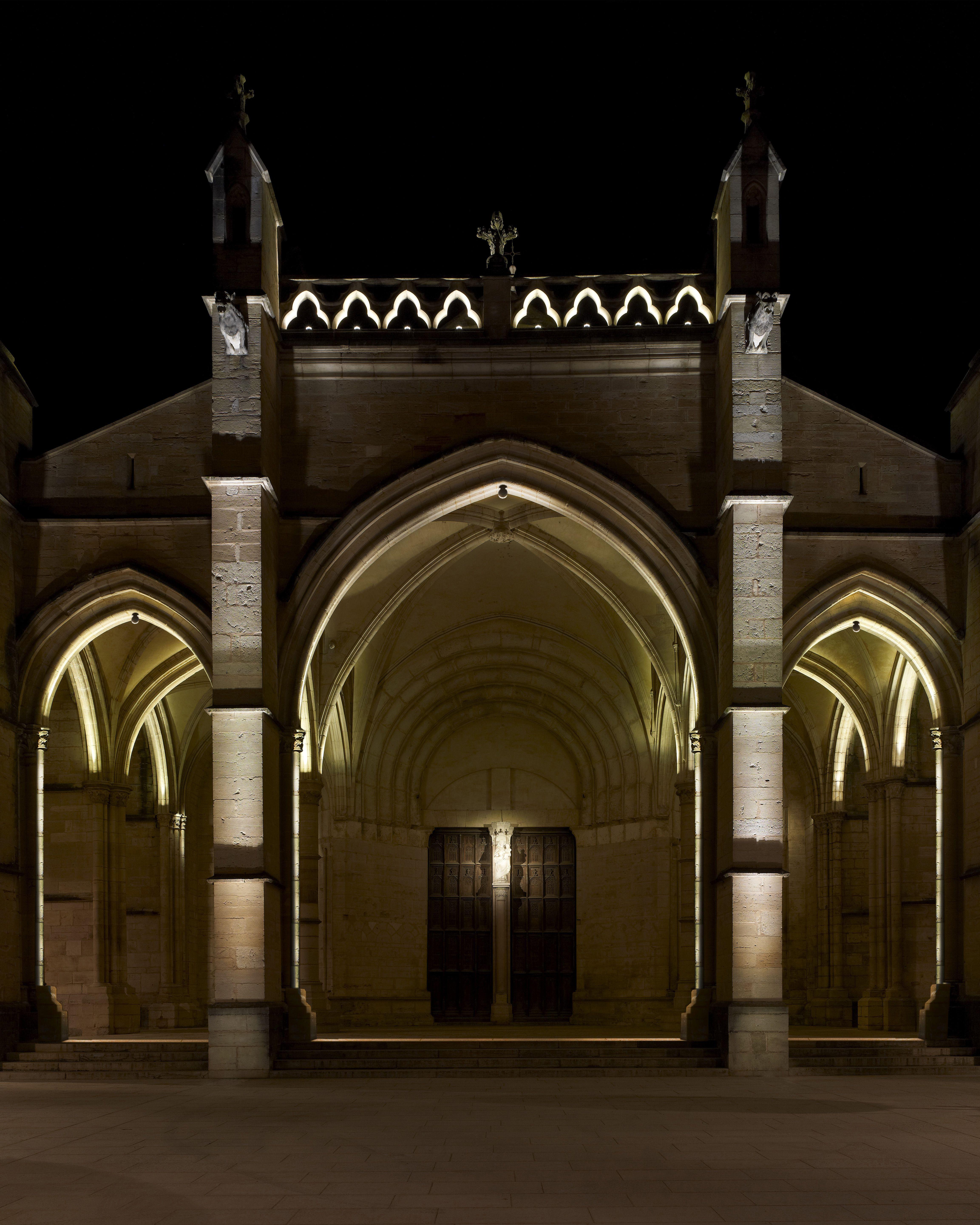 Exterior church facade linear light blade light iguzzini for Exterior lighting design