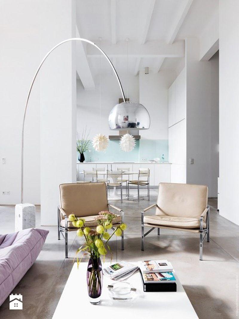 Helles Wohnzimmer In Pastelltnen Und Der Bogenleuchte Acro Lampe Von Achille Castiglioni Weiss