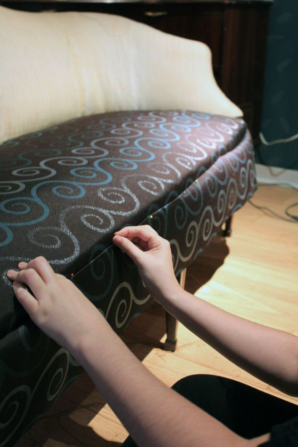 etape 4 epingler et poser les morceaux de tissus diy pinterest relooker canap s et pingler. Black Bedroom Furniture Sets. Home Design Ideas