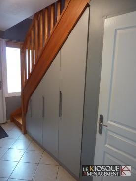Placards sur mesure sous escalier portes battantes le kiosque am nagement rangements sous - Porte de placard sous escalier ...