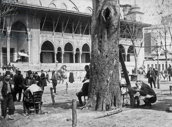 Yeni Camii arkasında açık hava berberi 1911.