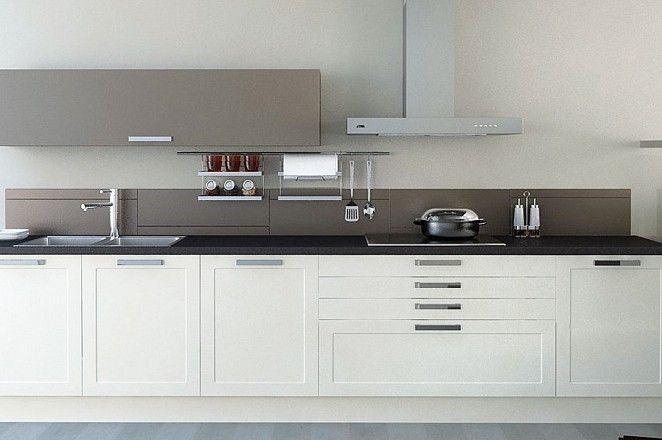 Achterwand Keuken Taupe : Klassieke keuken in rechte opstelling met taupe bovenkast en