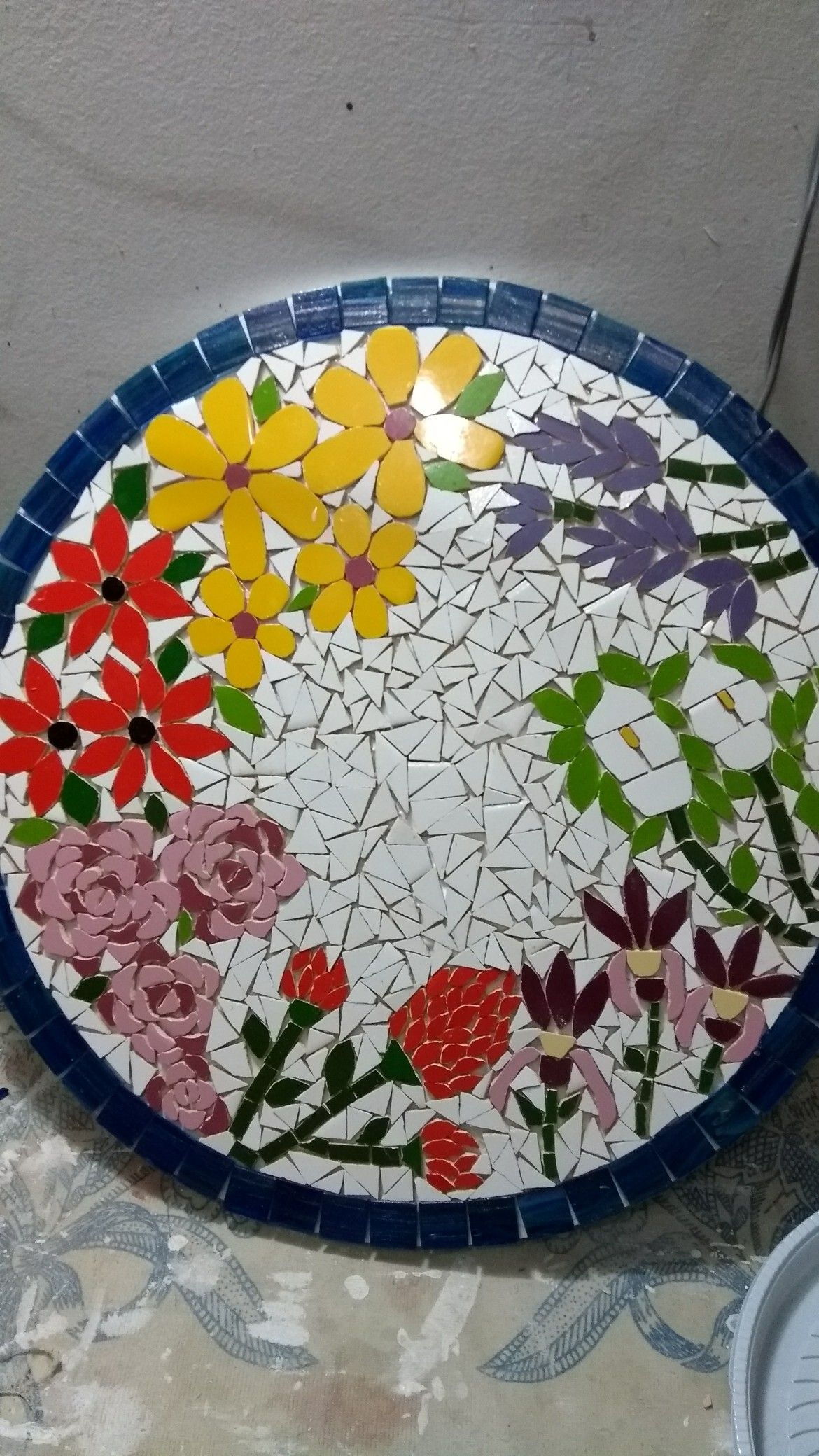 Pin de patricia m r le o en artesanato pinterest for Mesas de mosaico