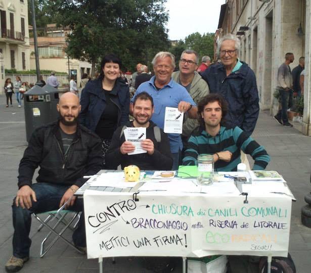 La pattuglia EcoRadicale al tavolo di Ostia in Piazza Anco Marzio