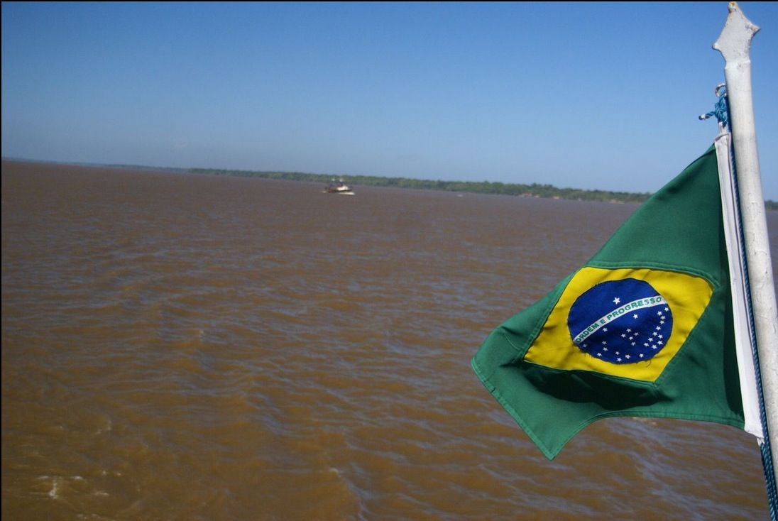 Bandeira do Brasil sobre o rio em Belém do Pará