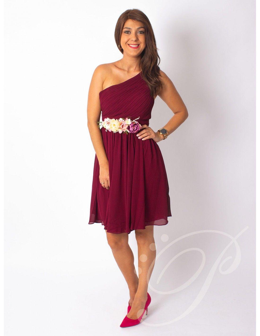 d2c17fd643 Vestido layla corto - Precioso vestido corto en color burgundy. Lleva escote  asimétrico con cazuelas