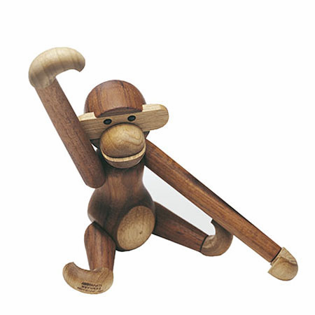 Kay Bojesen monkey in teak and limba fra Rosendahl. Available in two sizes. Design: Kay Bojesen.