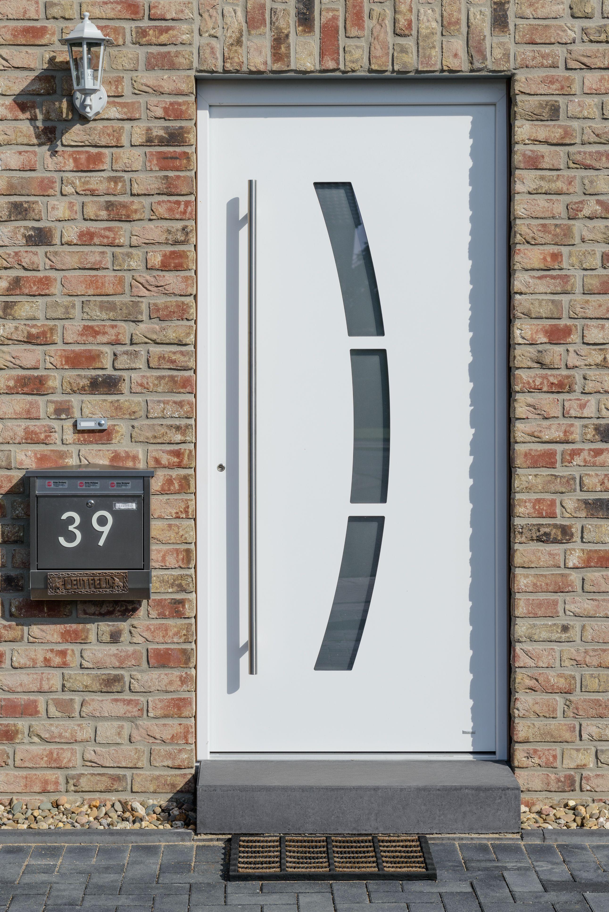 Haustür Eingang weisse haustüren mit einer großen edelstahlgriffstange verleiht