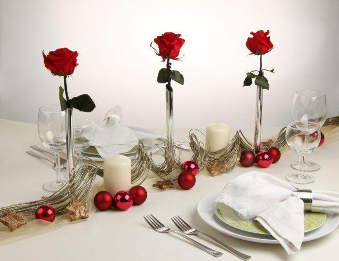 Weihnachtlich dekorieren weihnachtskugeln und rote rosen for Jugendzimmer weihnachtlich dekorieren