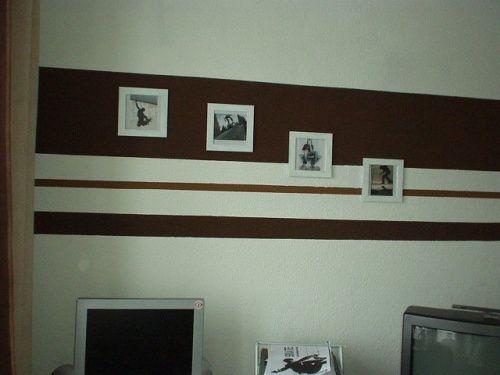 Ideen für Wand   Elegante Streifen in Schwarz Weiß in einem modernen Wohnzimmer