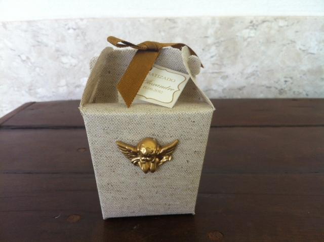 Para o batizado do netinho de uma cliente muito especial, optamos pelotema anjo. Como a cor escolhida para o anjinho foi a dourada, resolve...