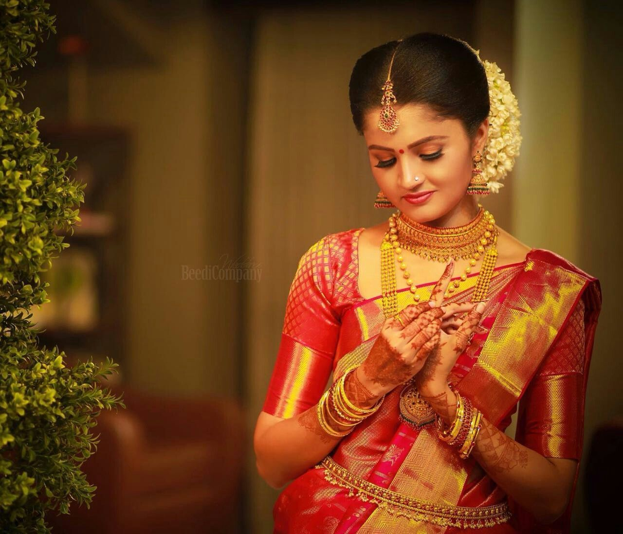 Kerala Hindu Wedding Hairstyles Pictures Sparkly Ornaments Wedding Saree Collection Kera In 2020 Hindu Wedding Kerala Wedding Photography Wedding Saree Collection