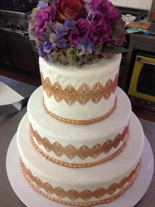 Deliziosa ..unica , con l'immancabile richiamo dei fiori scelti dai nostri sposi. Chic wedding cake with bronze color and violet flowers. #weddingcake #bronzecake #goldcake #cake #wedding #anaphalis-flower #lace #gold-lace