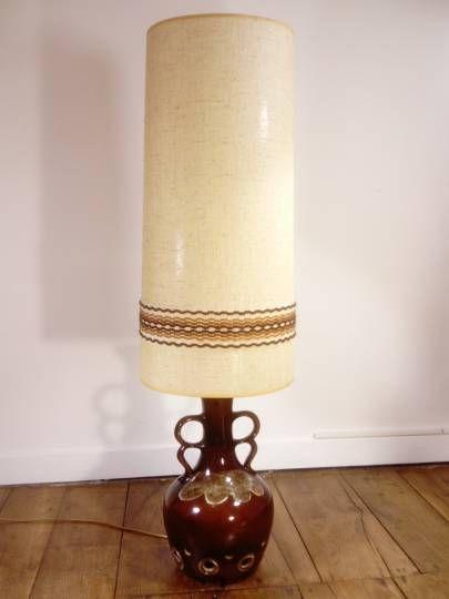 Lampe De Sol Vintage Des Annees 70 Avec Un Grand Abat Jour Cylindrique En Tissu Et Laine Monte Sur Un Pied En Ceramique Vernissee Ce P Table Lamp Decor Lamp