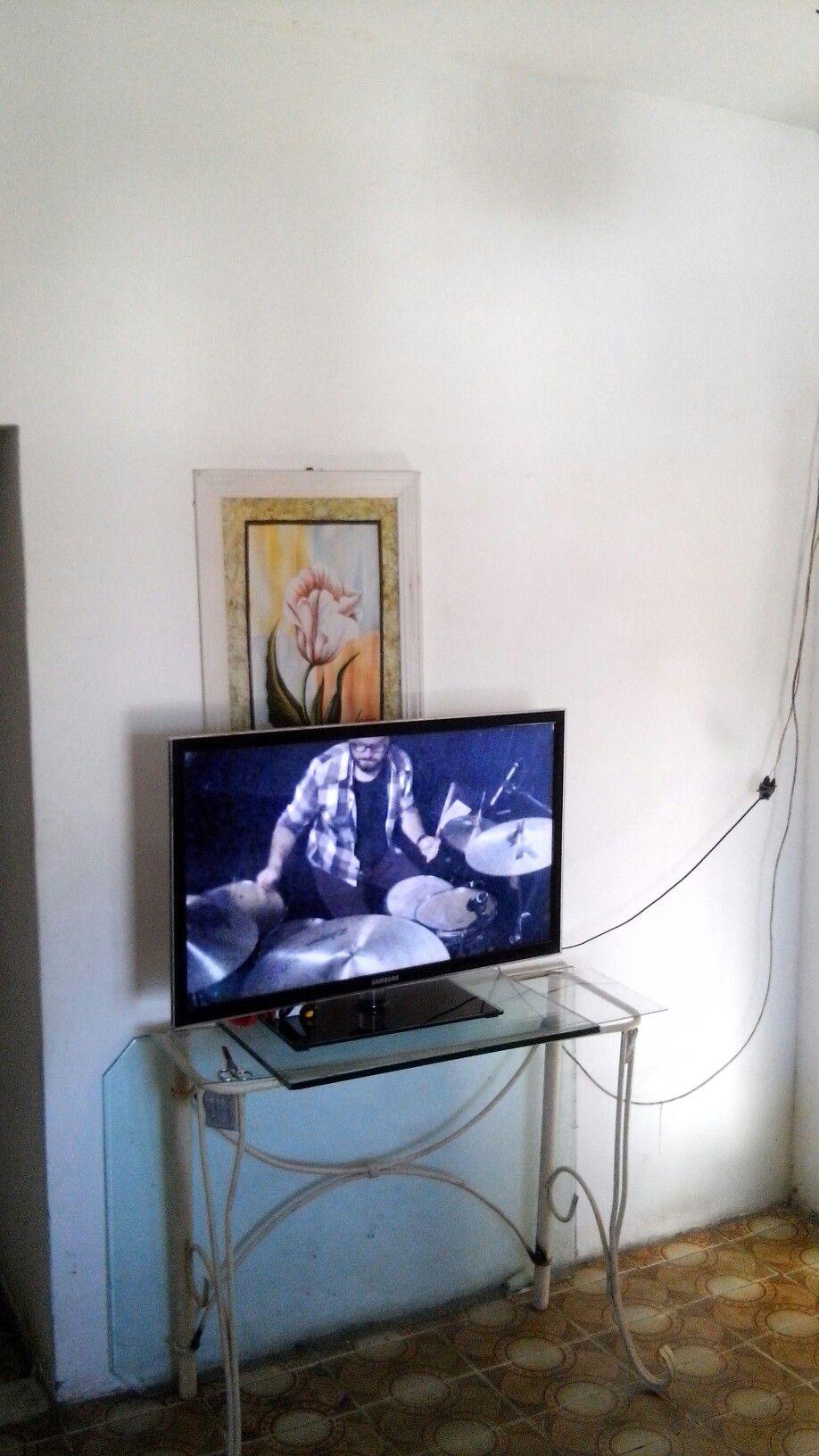 Minha sala estava assim, simples... Caidinha. Minha meã comprou esse aparador por R$20,00...