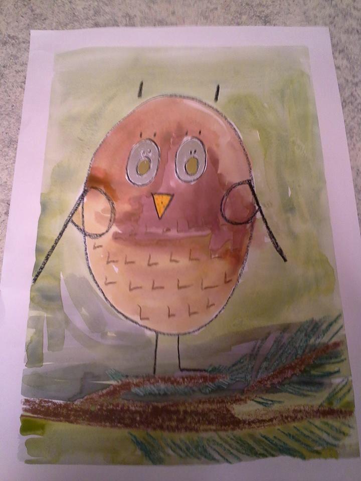 """""""Pöllö istui puussa!"""" Lintu muotoutuu PÖLLÖ-sanan kirjaimista: vartalo ja silmät Ö-kirjaimista, siivet P-kirjaimista ja sulat sekä jalat L-kirjaimista. Pöllö ja oksa piirretty vahaliiduilla, maalaus vesiväreillä. Silmät viimeisteltiin kulta- ja hopeatusseilla. """"Kehykset"""" saatiin, kun teipattiin työ alustaan kiinni. Työn avulla harjoittelimme 1.lk:n kanssa kirjaimia sekä värien sekoittamista (vihreä ja ruskea) Alakoulun aarreaitta FB -sivustosta / Iita Vehkaperä"""