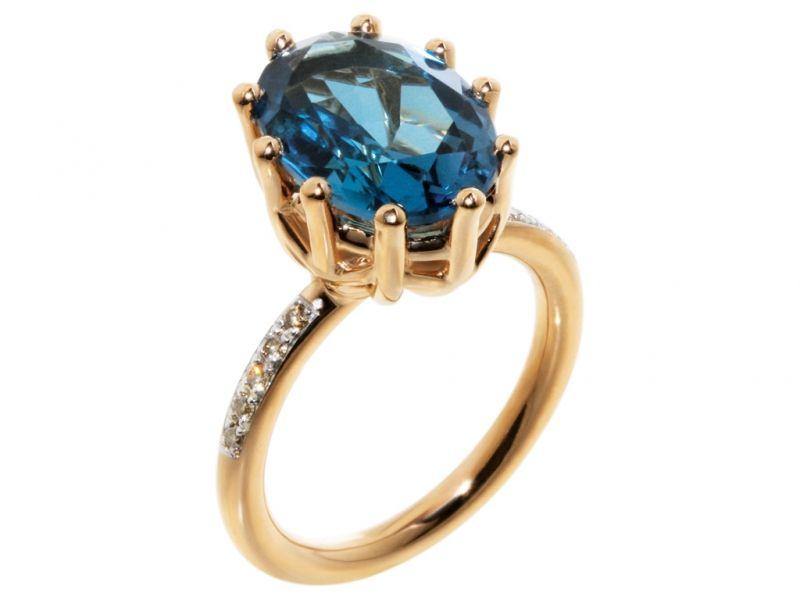 »Inherit« – DEEP BLUE. Ein klassischer Ring mit dem poetischen Charme eines Erbstücks. Mehrere Ringe können zusammen kombiniert werden.  Blautopas, Brillanten.