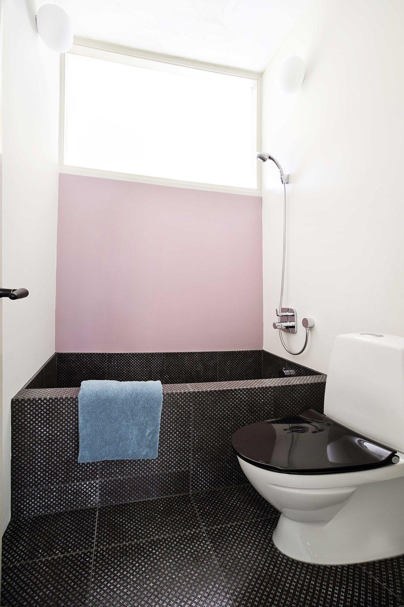 Toilet/bad i stueetagen har fået en væg i farven Cinder Rose, som ...